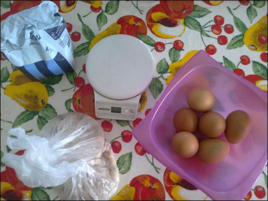 Alcuni ingredienti per la nostra torta di nocciole. Gli altri sono in ferie d.d